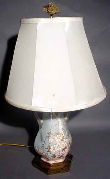 422: FLORAL DECORATED AND GILDED CERAMIC TABLE LAMP, ha