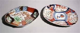 LOT OF TWO SMALL IMARI DECORATED PORCELAIN ITEMS,