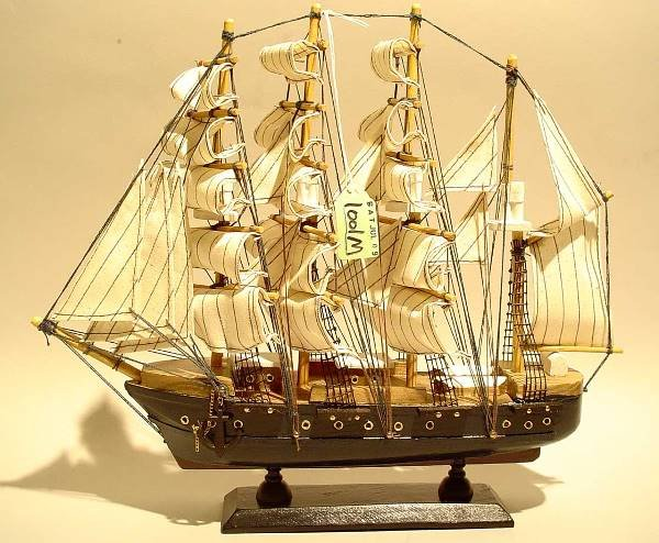 1001M: HAND-CRAFTED SCALE MODEL OF A FOUR-MASTED CLIPPE