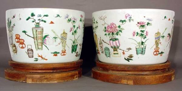 1603: GOOD PAIR OF CHINESE DECORATED PORCELAIN CIRCULAR