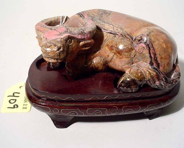 409: SNALL CARVED AGATE FIGURE OF A WATER BUFFALO, on a