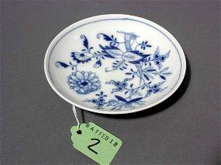 SMALL CIRCULAR MEISSEN BLUE AND WHITE DECORATED ONIO