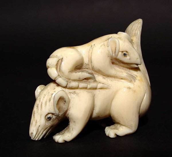 22A: JAPANESE CARVED IVORY NETSUKE OF A RAT ATOP A CROU