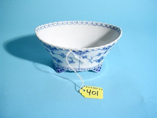 401: SMALL ROYAL COPENHAGEN BLUE AND WHITE FOOTED BOWL,