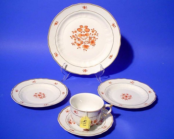 411: FIVE-PIECE PLACE SETTING OF DECORATED HOLLAHZA CHI