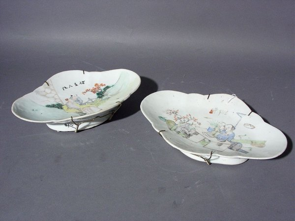 15: PAIR OF CHINESE PORCELAIN CARTOUCHE SHAPED ROSE PET