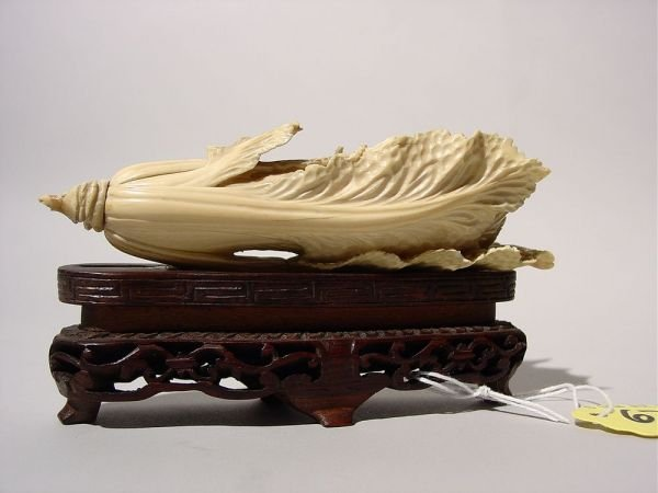 679: FINE AND INTRICATELY CARVED CHINESE IVORY SCULPTUR