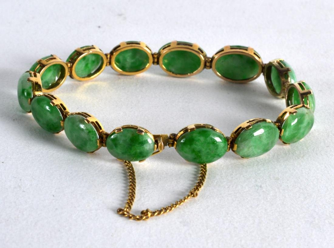A FINE ANTIQUE 14CT YELLOW GOLD AND JADEITE BRACELET.