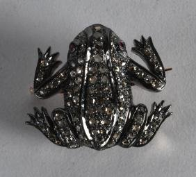 A GOLD DIAMOND AND SILVER FROG BROOCH.