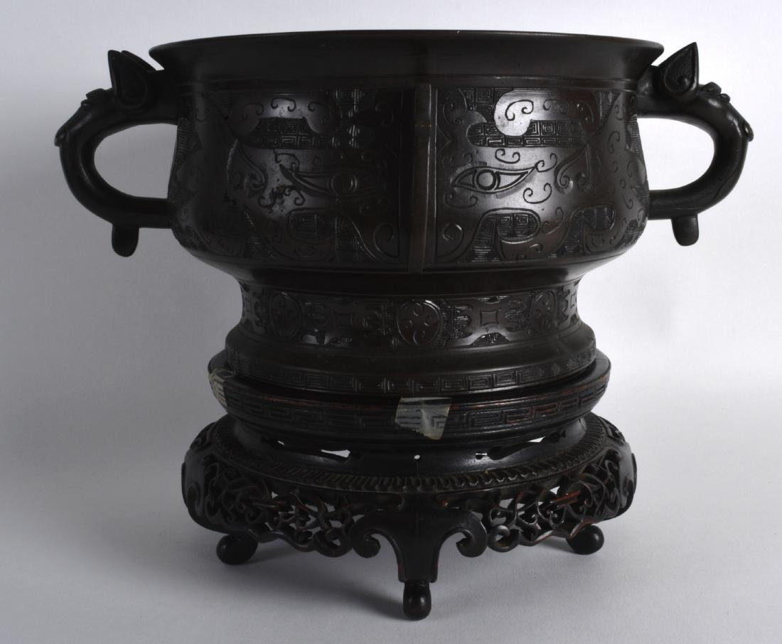 A LOVELY 18TH/19TH CENTURY CHINESE TWIN HANDLED BRONZE