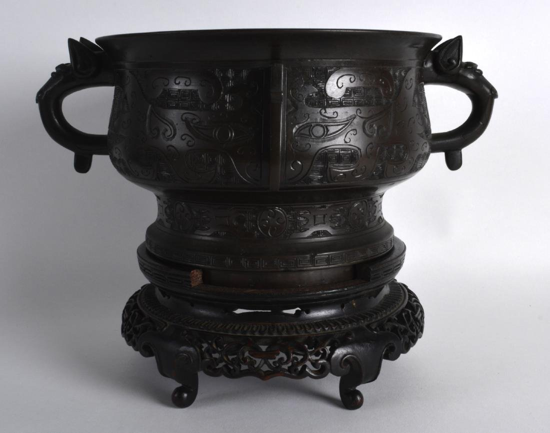 A LOVELY 18TH/19TH CENTURY CHINESE TWIN HANDLED BRONZE - 2