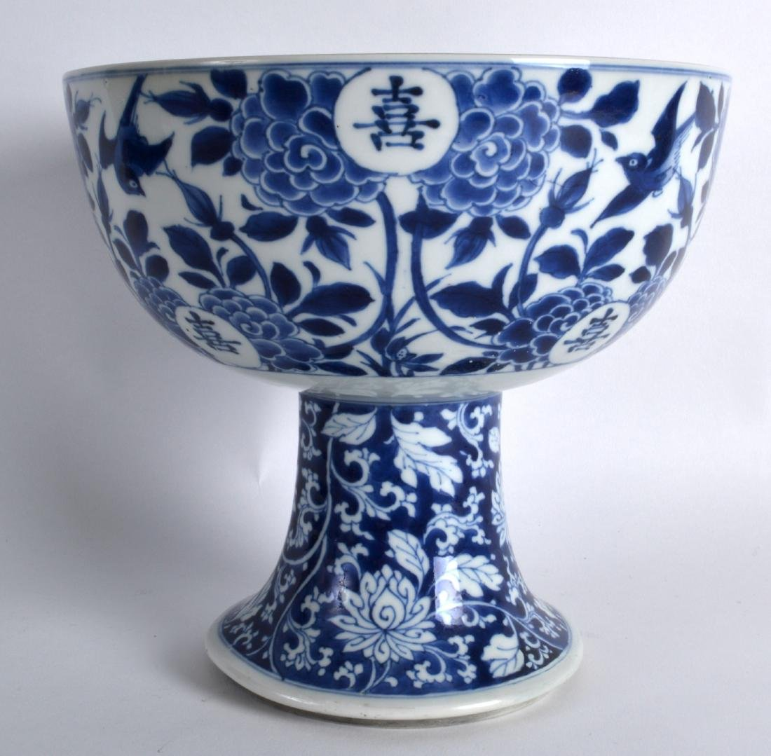 A 17TH/18TH CENTURY CHINESE BLUE AND WHITE STEM BOWL