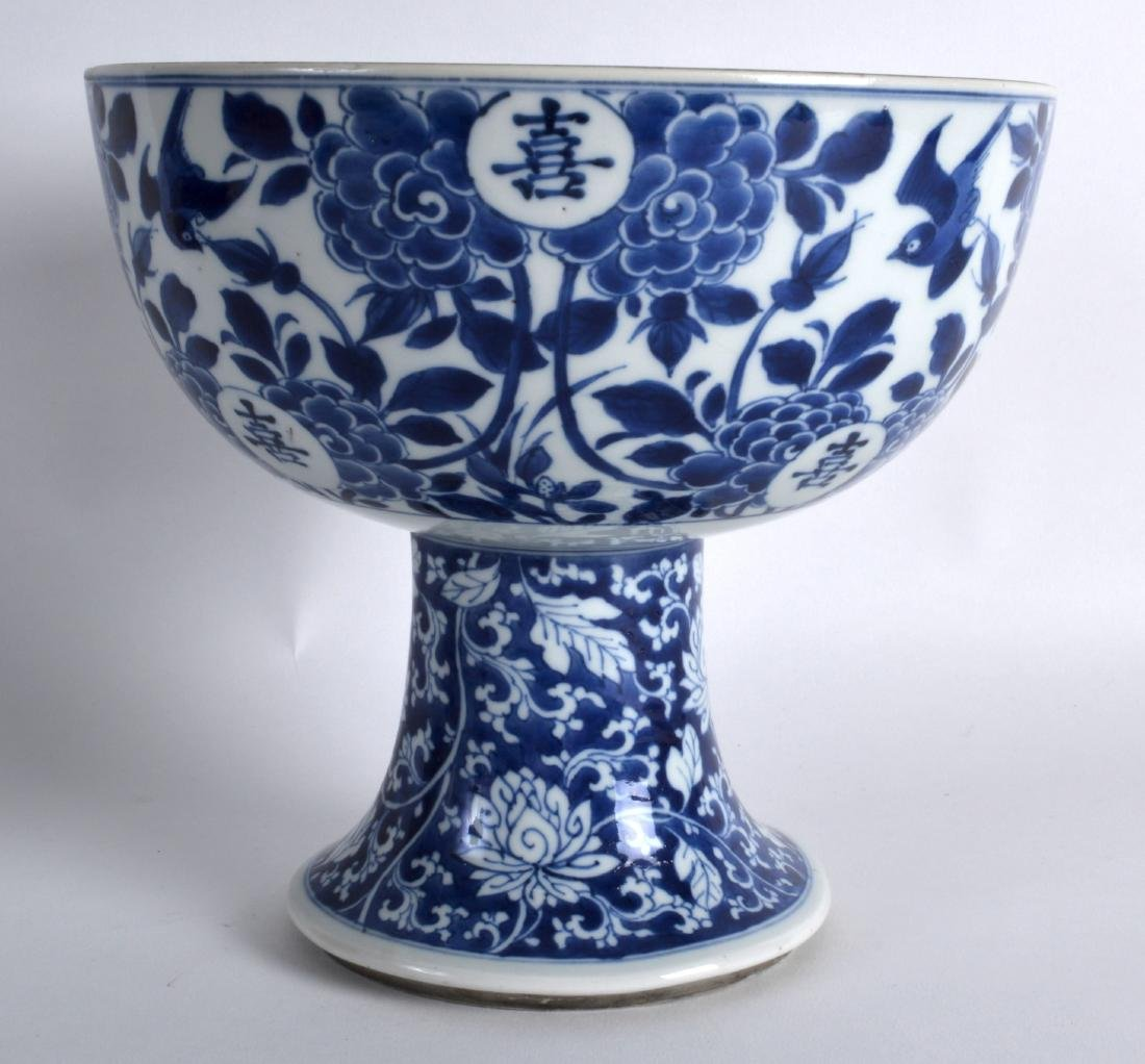 A 17TH/18TH CENTURY CHINESE BLUE AND WHITE STEM BOWL - 2
