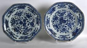 A PAIR OF 17TH/18TH CENTURY CHINESE BLUE AND WHITE