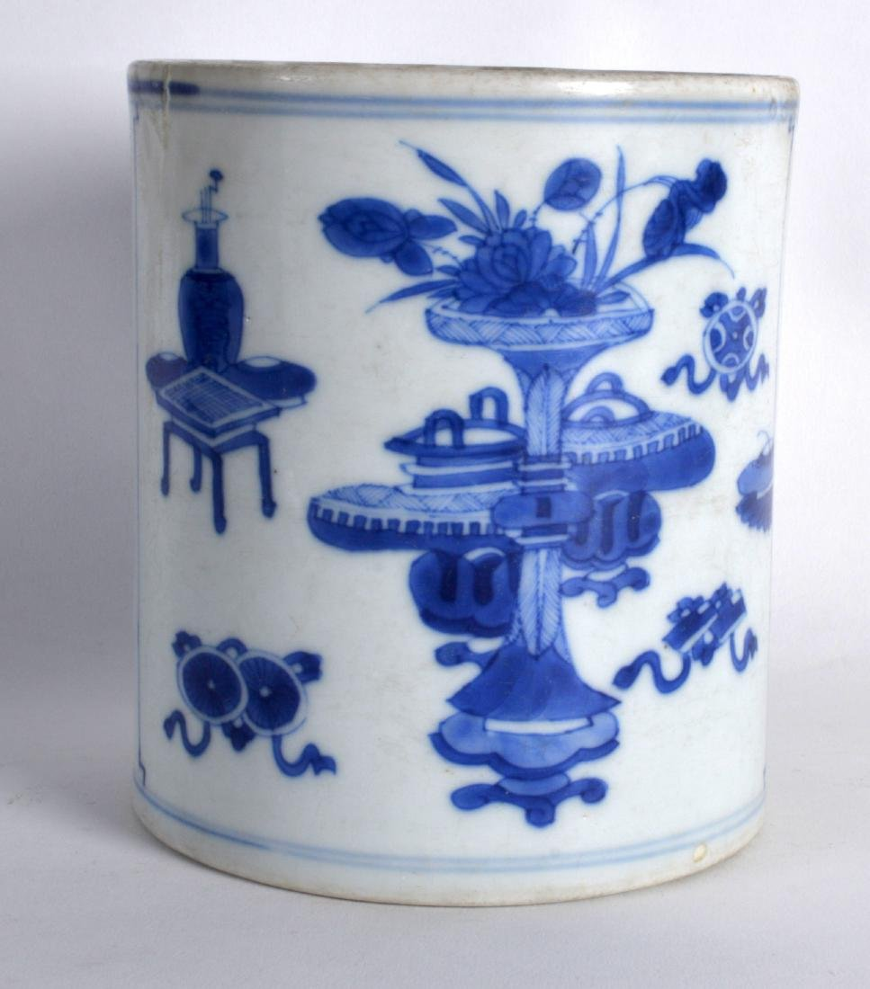 A 17TH/18TH CENTURY CHINESE BLUE AND WHITE BRUSH POT