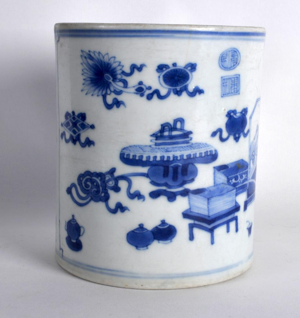 A 17TH/18TH CENTURY CHINESE BLUE AND WHITE BRUSH POT - 2