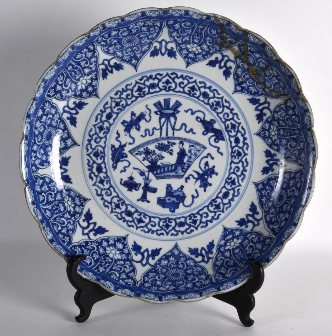 A LARGE 17TH CENTURY CHINESE BLUE AND WHITE SCALLOPED