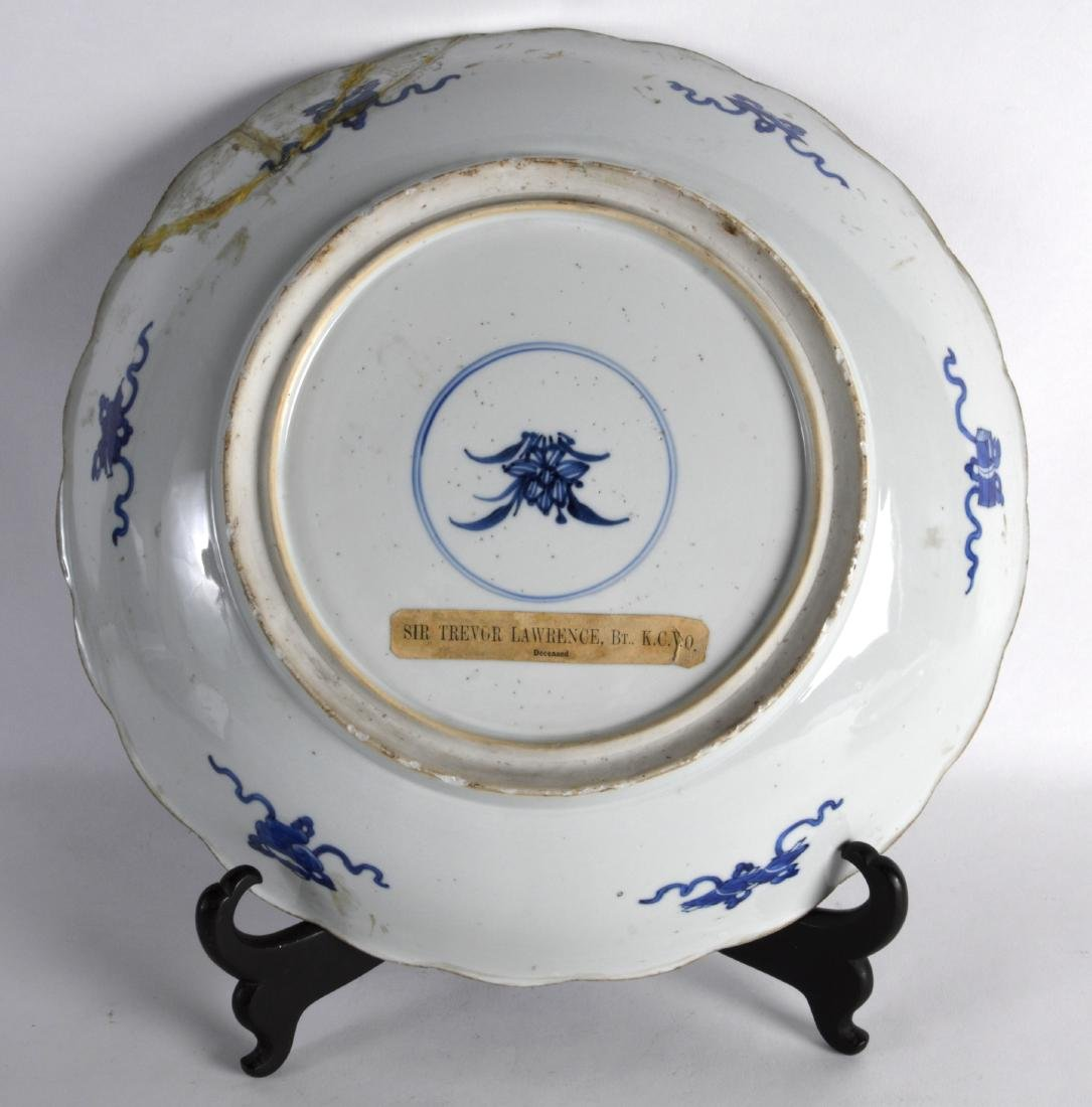 A LARGE 17TH CENTURY CHINESE BLUE AND WHITE SCALLOPED - 2