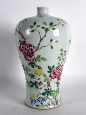 AN EARLY 20TH CENTURY CHINESE FAMILLE ROSE MEIPING VASE