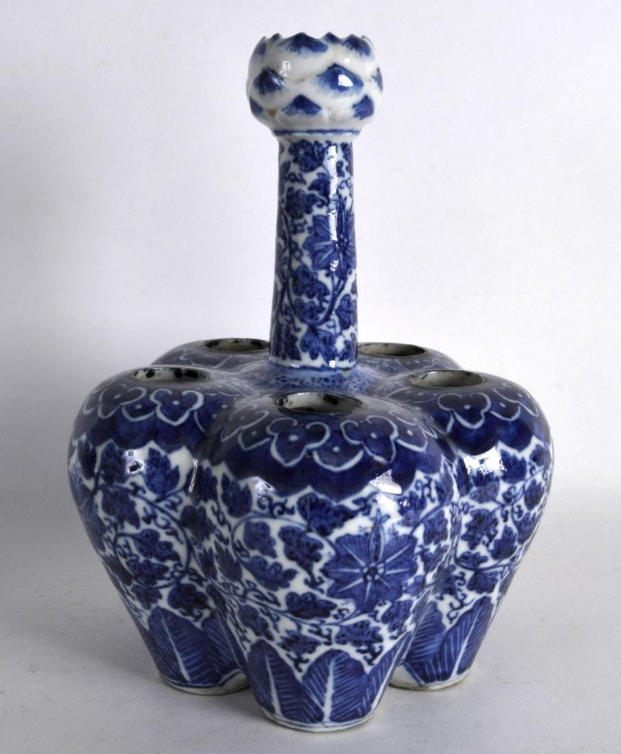 A MID 19TH CENTURY CHINESE BLUE AND WHITE TULIP VASE - 2