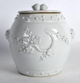 AN 18TH CENTURY CHINESE BLANC DE CHINE BARREL AND COVER