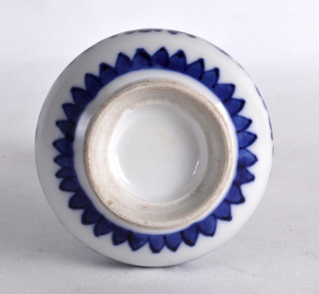 A SMALL 18TH CENTURY CHINESE BLUE AND WHITE PORCELAIN - 3