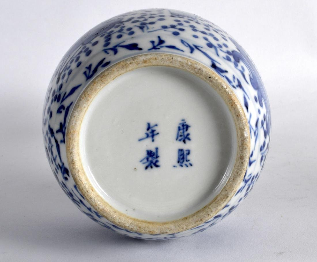 A 19TH CENTURY CHINESE BLUE AND WHITE PORCELAIN VASE - 3