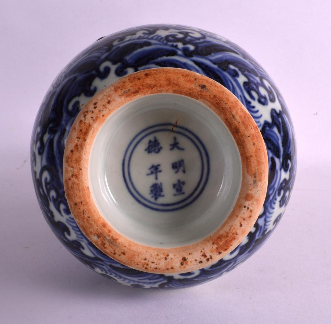 A CHINESE BLUE AND WHITE TWIN HANDLED VASE bearing - 3