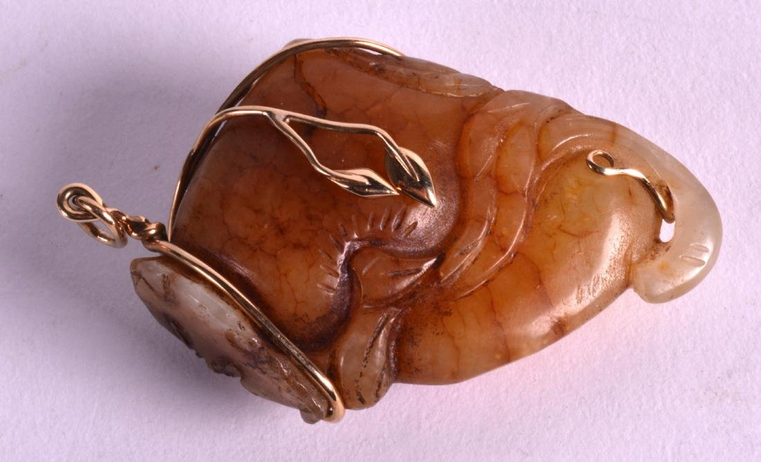 AN EARLY 20TH CENTURY CHINESE GOLD MOUNTED JADE - 2