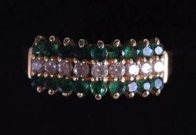 A 14CT GOLD DIAMOND AND EMERALD RING.