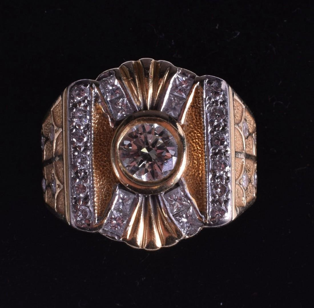 A 1930S GENTLEMANS 18CT YELLOW GOLD AND DIAMOND RING.
