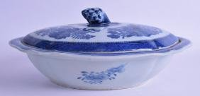 AN 18TH CENTURY CHINESE BLUE AND WHITE PORCELAIN TUREEN