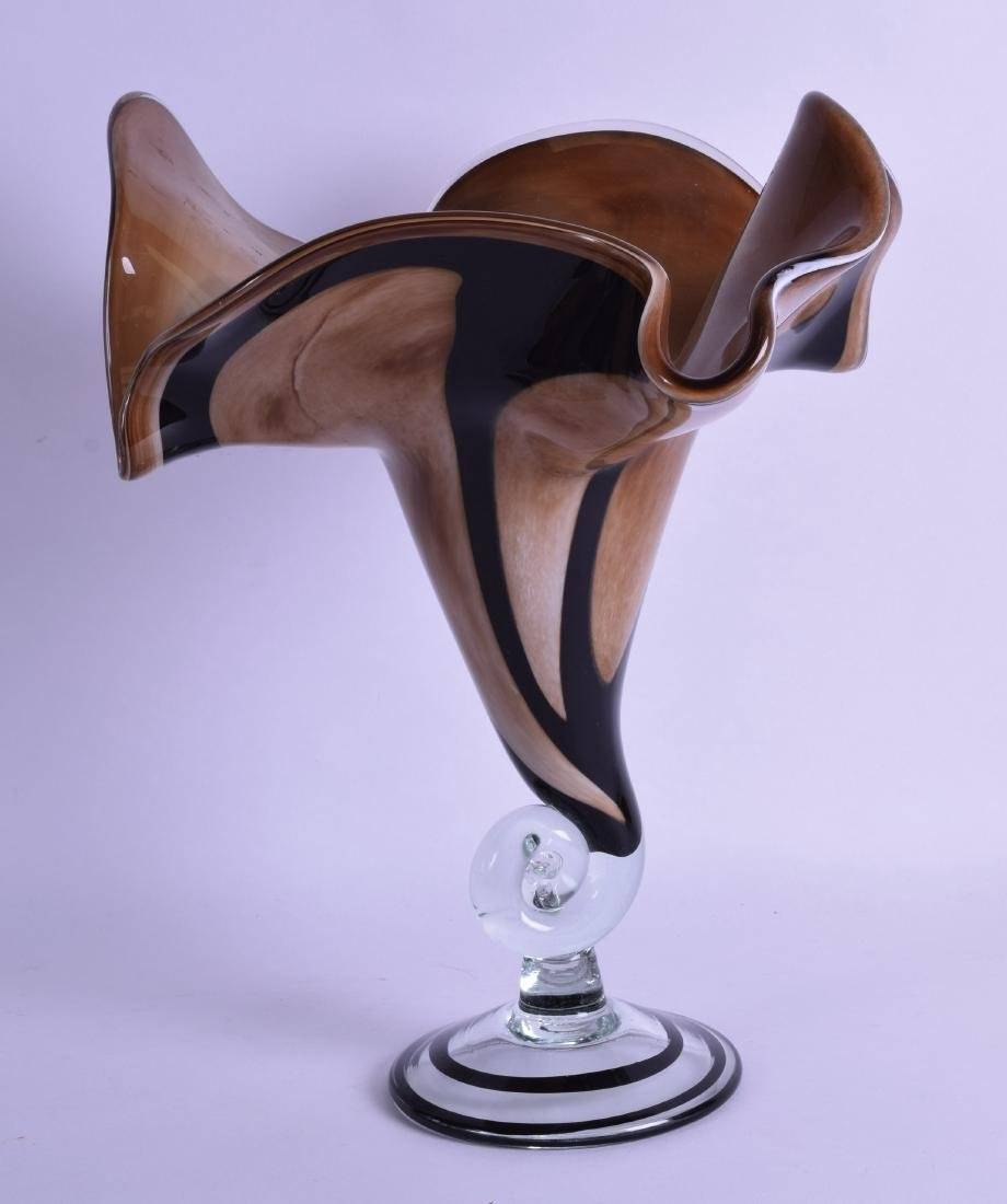 A STYLISH EUROPEAN BLACK AND BROWN SWIRLING GLASS VASE.
