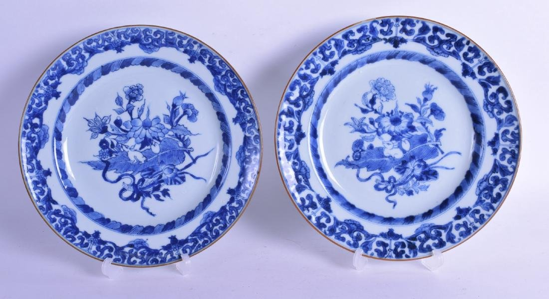 A PAIR OF EARLY 18TH CENTURY CHINESE EXPORT BLUE AND