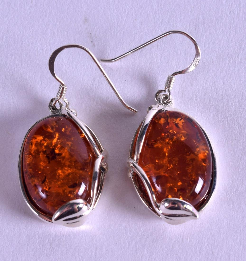 A PAIR OF SILVER AND AMBER EARRINGS.