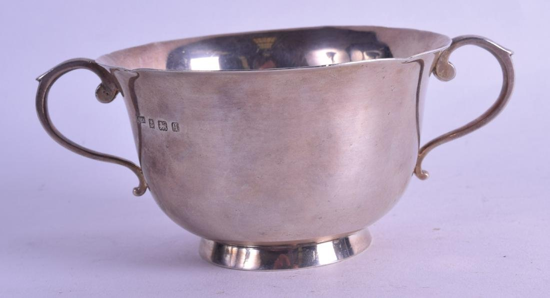 AN ASPREYS & CO SILVER TWIN HANDLED BOWL. Birmingham