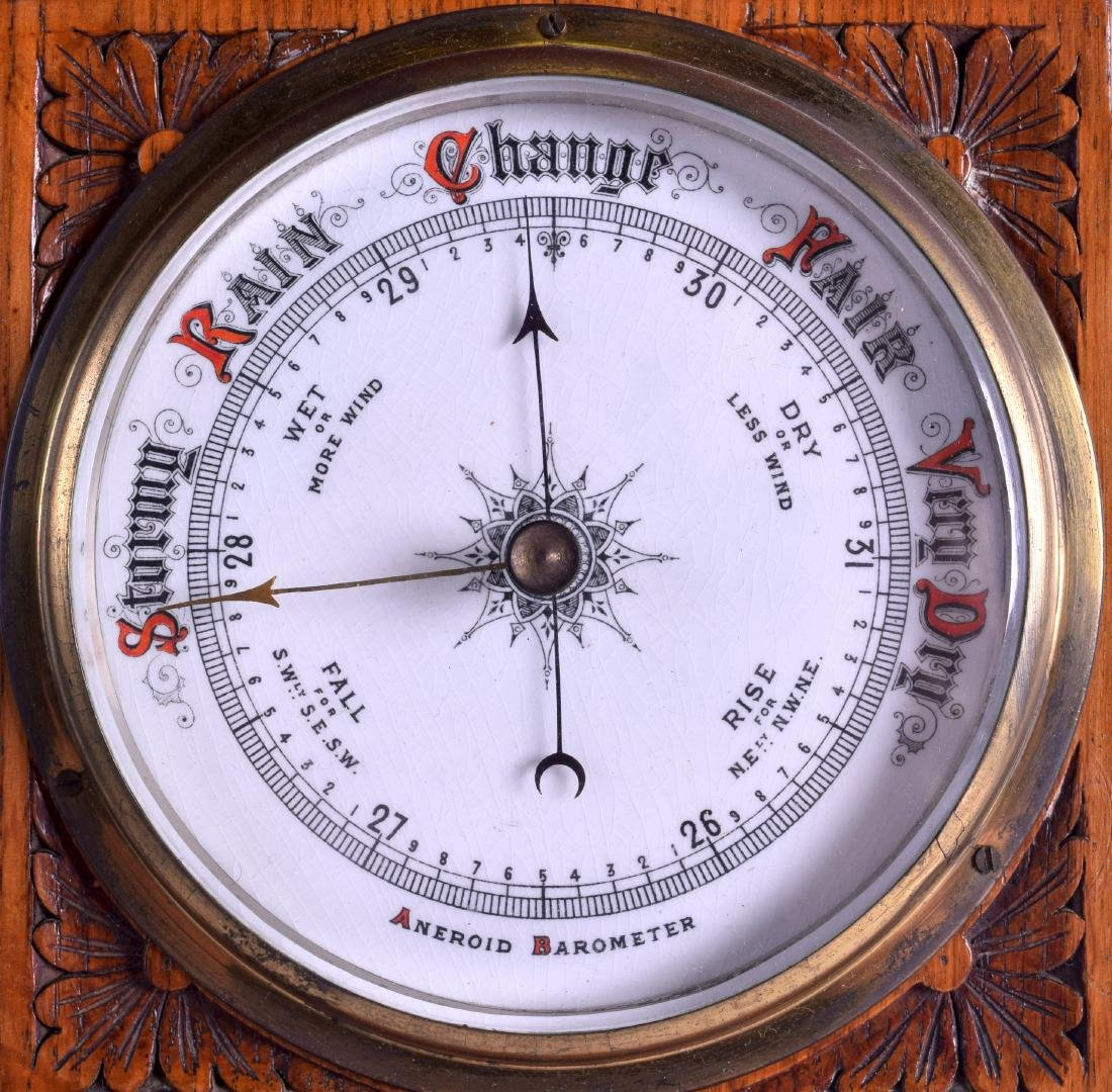 A LATE VICTORIAN/EDWARDIAN OAK ANEROID BAROMETER. 75 cm - 2