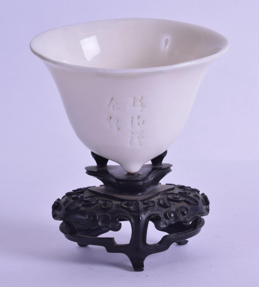 A 17TH/18TH CENTURY CHINESE BLANC DE CHINE PORCELAIN - 2