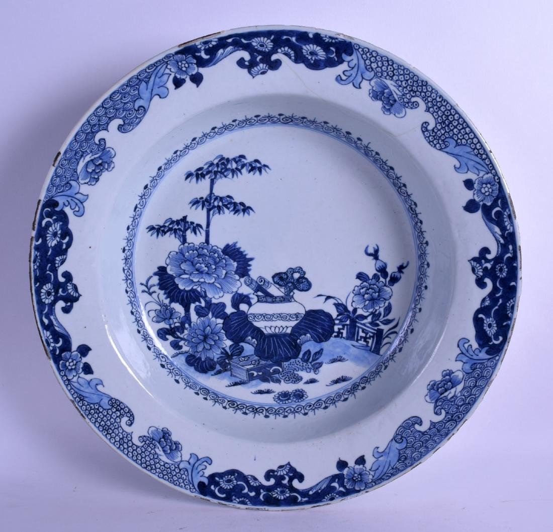 A LARGE EARLY 18TH CENTURY CHINESE BLUE AND WHITE BASIN