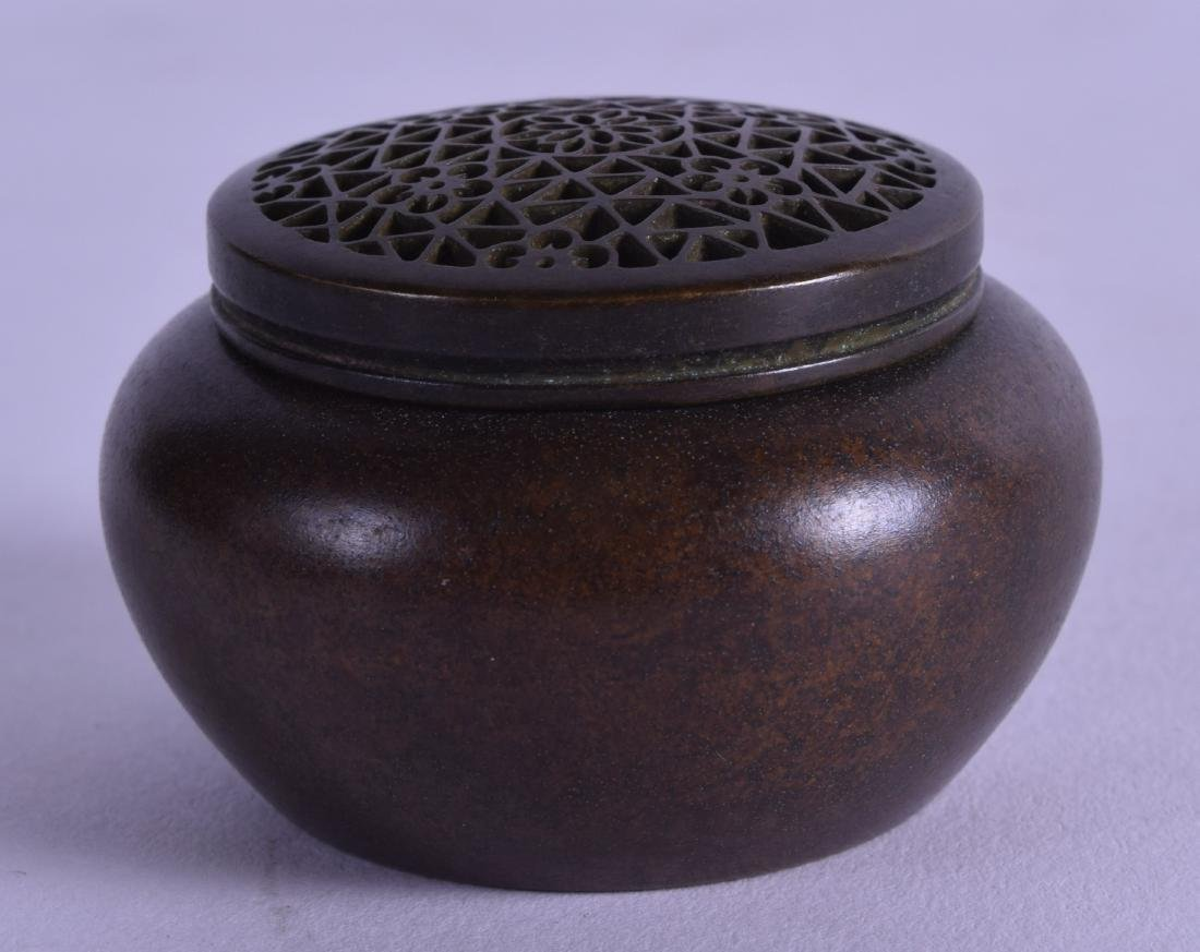 A MINIATURE CHINESE BRONZE CENSER AND COVER. 145 grams.
