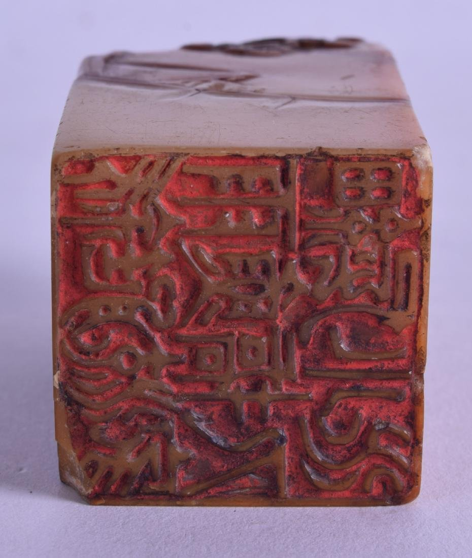 AN 18TH CENTURY CHINESE CARVED AMBER SOAPSTONE SEAL - 3