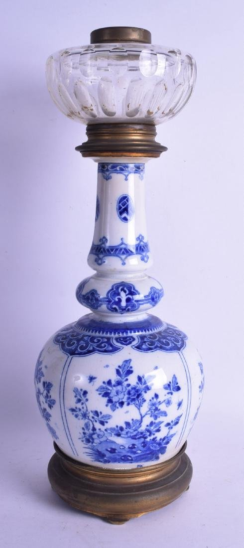 AN EARLY 20TH CENTURY CHINESE BLUE AND WHITE DOUBLE