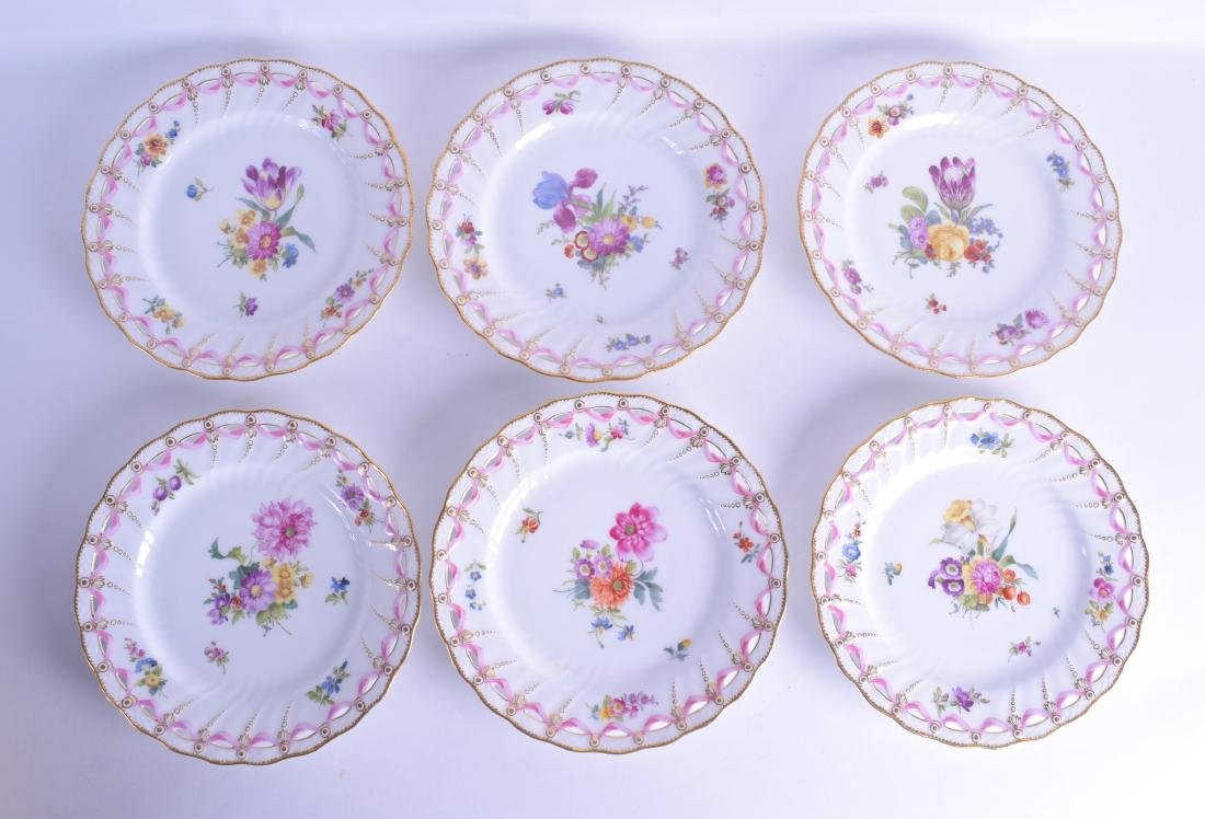 A GOOD SET OF TWELVE ROYAL COPENHAGEN PORCELAIN PLATES