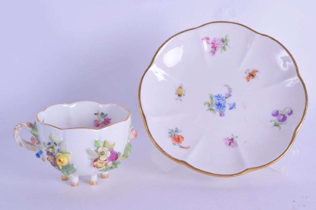 A SMALL 19TH CENTURY MEISSEN PORCELAIN ENCRUSTED CUP
