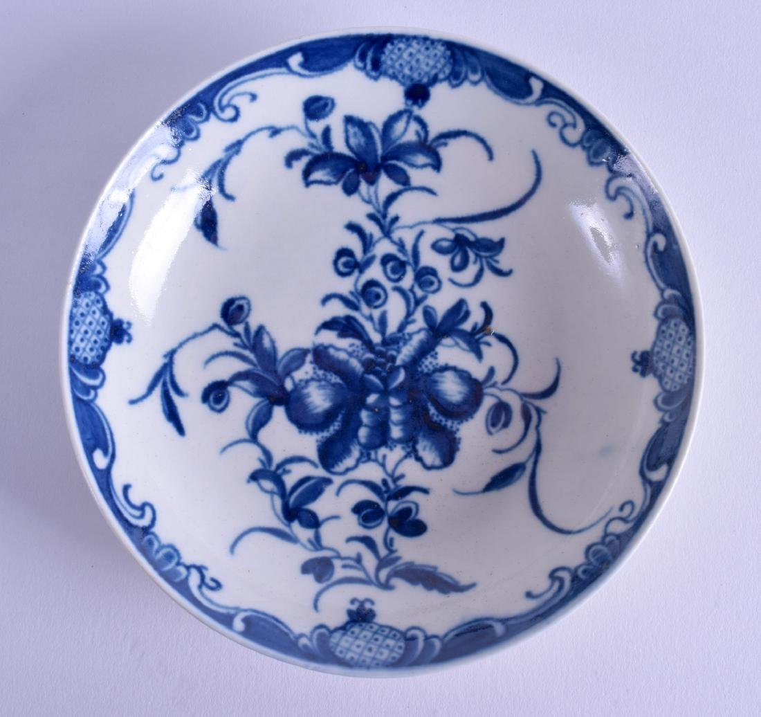 AN 18TH CENTURY WORCESTER BLUE AND WHITE SAUCER painted