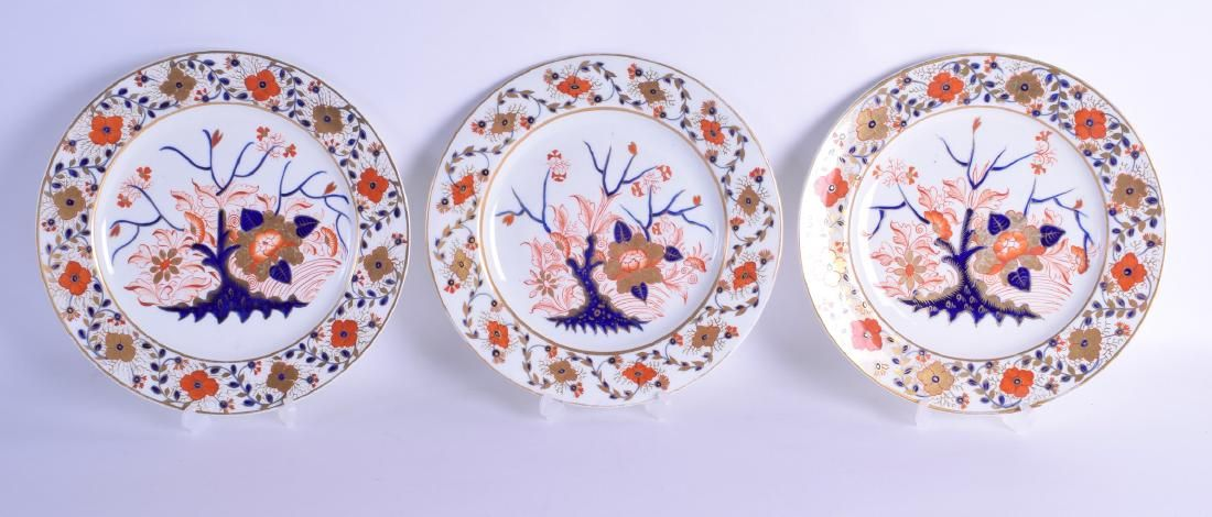 A SET OF THREE EARLY 19TH CENTURY DERBY IMARI PORCELAIN