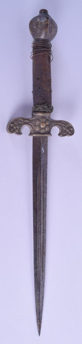 A 17TH/18TH CENTURY CONTINENTAL DAGGER with bronze