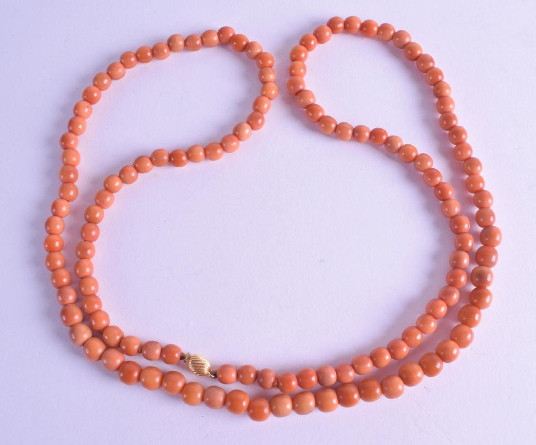 AN EARLY 20TH CENTURY CHINESE RED CORAL TYPE NECKLACE.