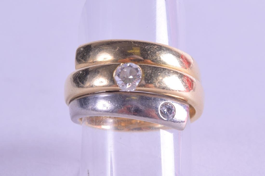 AN 18CT TWO TONE GOLD AND DIAMOND RING. 15 grams. Size