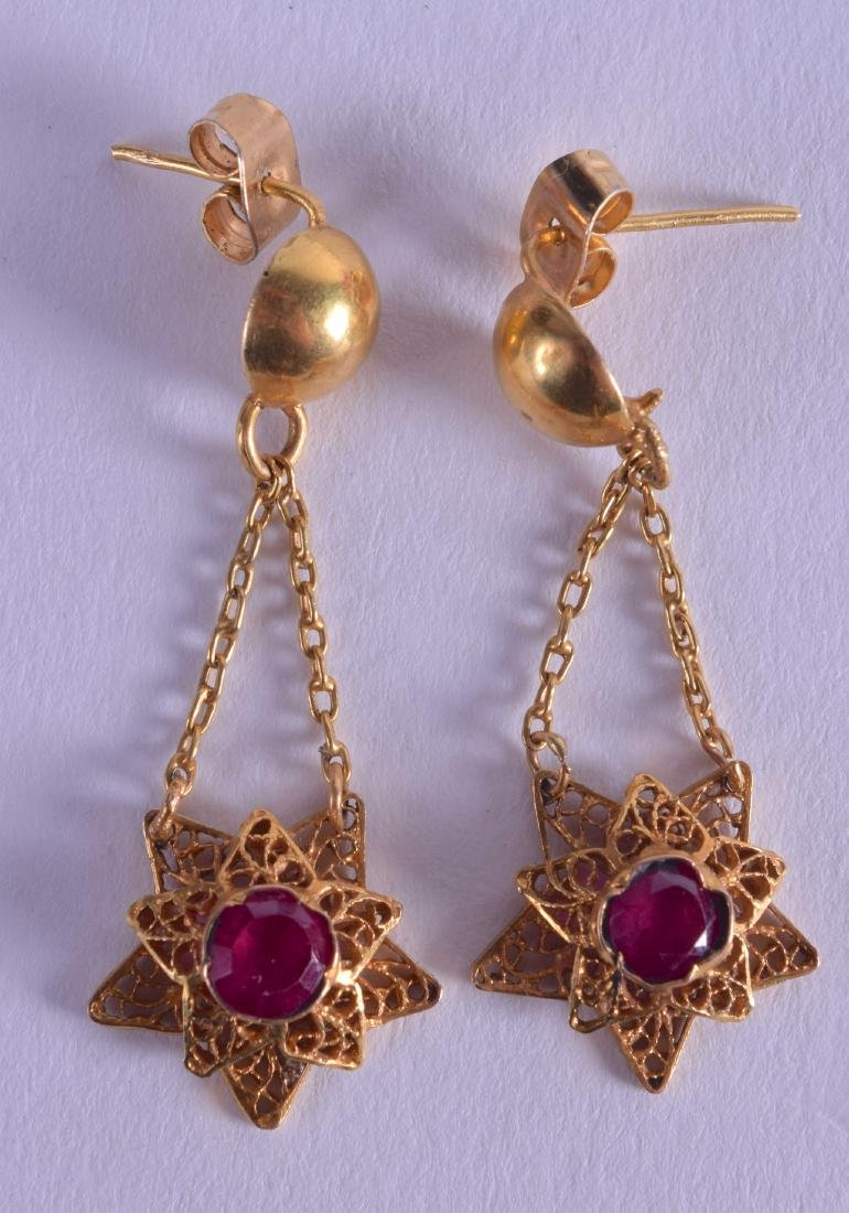 A PAIR OF EARLY 20TH CENTURY HIGH CARAT INDIAN GOLD